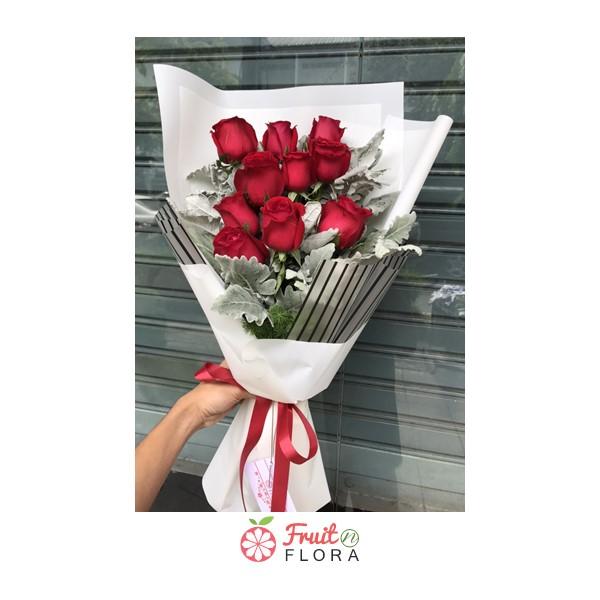 ช่อดอกกุหลาบสีแดง แฝงความรักที่เร่าร้อนและโรแมนติก ห่อด้วยกระดาษลายทางสีขาวอย่างสวยงาม