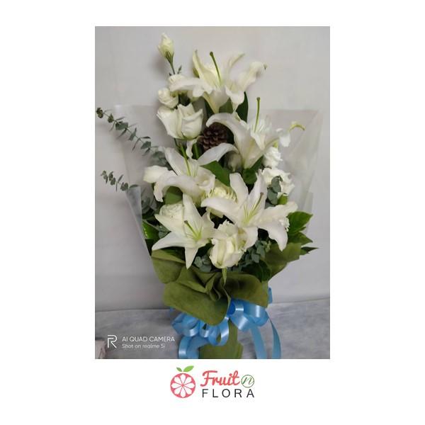 ดอกลิลลี่สีขาวกับดอกกุหลาบสีขาวล้วนถูกจัดนำมารวมกันเป็นช่อ สื่อถึงความรักแท้อันบริสุทธิ์