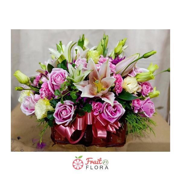 กระเช้าดอกไม้ขนาดกะทัดรัด อัดแน่นไปด้วยดอกไม้สวย ๆ โทนสีหวาน ๆ นานาพันธุ์ ได้อย่างลงตัว
