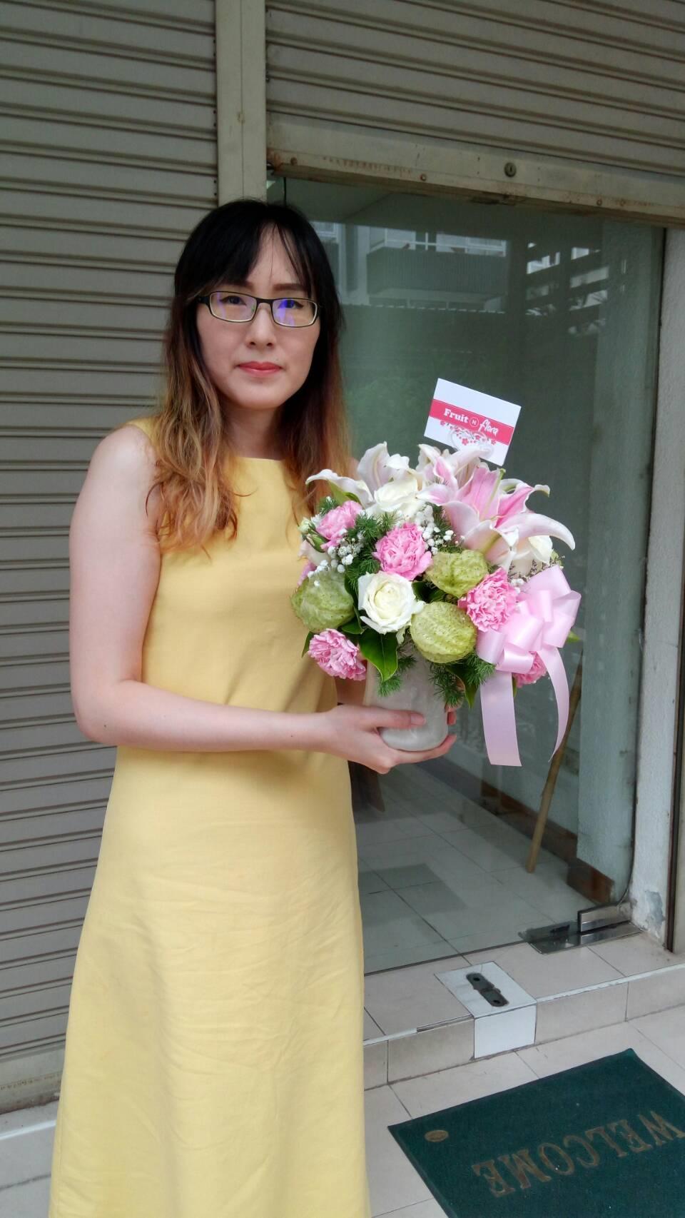 แจกันดอกไม้โทนสีหวาน ตั้งโชว์ในที่ทำงานก็ได้ หรือจะมอบให้คนพิเศษก็ดีทั้งนั้น