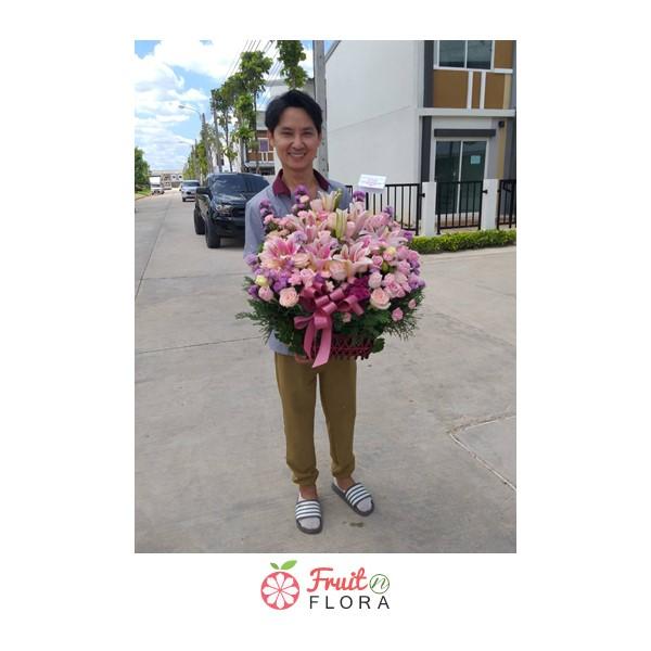 หนุ่มหล่ออารมณ์ดีถือกระเช้าดอกไม้โทนสีชมพู-ม่วงใบนี้ไปมอบให้กับคนพิเศษหรือเปล่านะ? อิอิ ^^