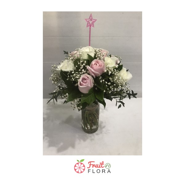 แจกันดอกไม้โทนสีหวาน ๆ จัดแต่งด้วยดอกกุหลาบสีขาวและสีชมพู สื่อถึงความรักแท้ที่แสนอ่อนโยนค่ะ