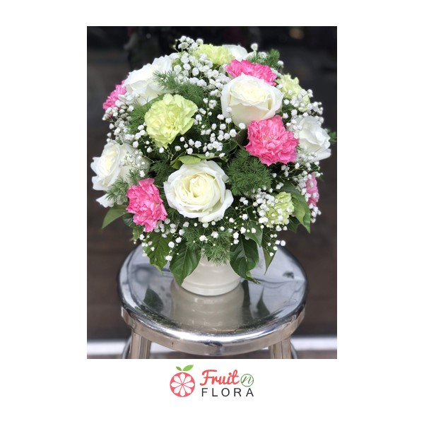 แจกันดอกไม้ไซส์มินิ ทรงกะทัดรัด ขนาดพอดีมือ จัดแต่งด้วยดอกไม้สีสันสวยงาม