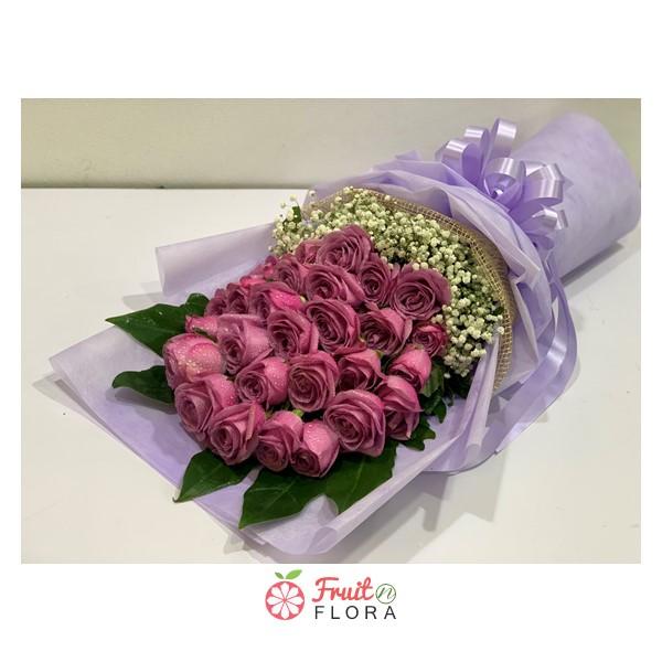 ช่อดอกกุหลาบโทนสีชมพูเข้ม แซมดอกสแตติส ห่อด้วยกระดาษห่อสีม่วงอ่อนอย่างสวยงาม