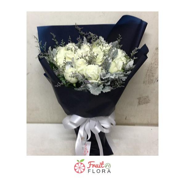 ช่อดอกกุหลาบขาว 20 ดอก แซมด้วยดอกสุ่ยและยิปโซ ห่อด้วยกระดาษแก้วสีน้ำเงินอย่างสวยงาม