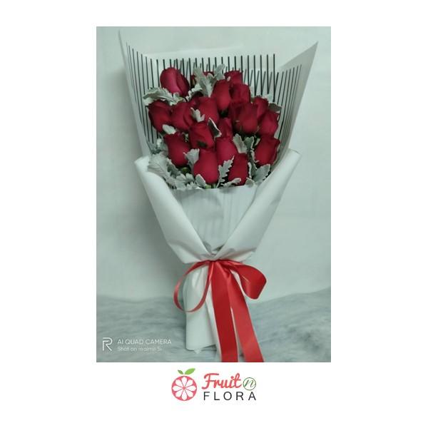 ช่อดอกกุหลาบแดงแสนสวย ห่อด้วยกระดาษห่อลายทางสีขาว-ดำ ลงตัวสุดๆ