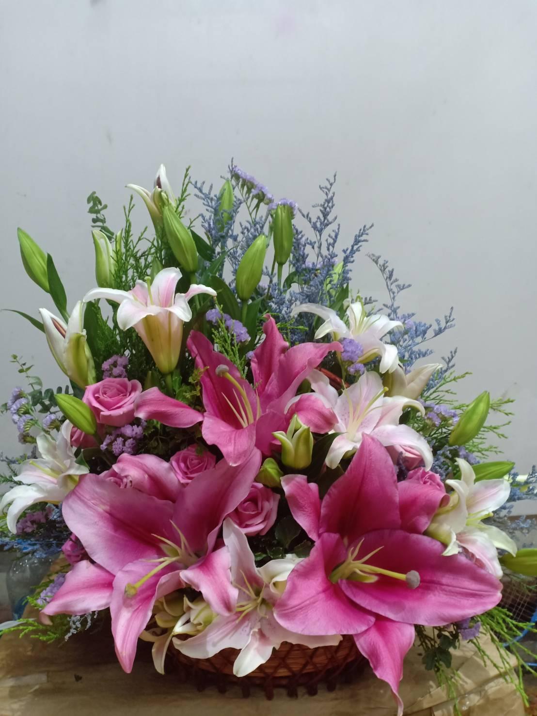 กระเช้าดอกไม้สุดหรู ดูดีด้วยการจัดแต่งดอกไม้หลากสีสันนานาชนิด นานาพันธุ์