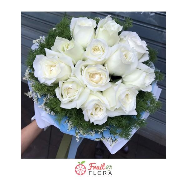 ช่อดอกกุหลาบสีขาวทรงกลมล้อมรอบด้วยดอกสุ่ย พร้อมส่งถึงมือคนรักได้ทุกวัน