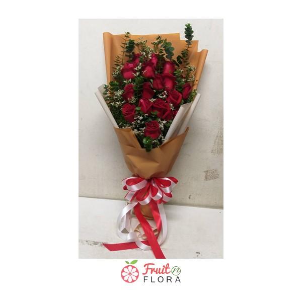 ช่อดอกกุหลาบแดง แซมด้วยดอกยิปโซอย่างสวยงาม ห่อด้วยกระดาษสีน้ำตาล ดูลงตัวคลาสสิกสุดๆ
