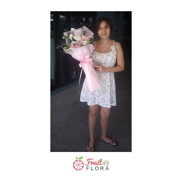ช่อดอกกุหลาบสีขาวแซมด้วยดอกลิลลี่สีชมพู ห่อด้วยกระดาษห่อสีชมพู ดูดีมีสไตล์และอ่อนหวานสุดๆ