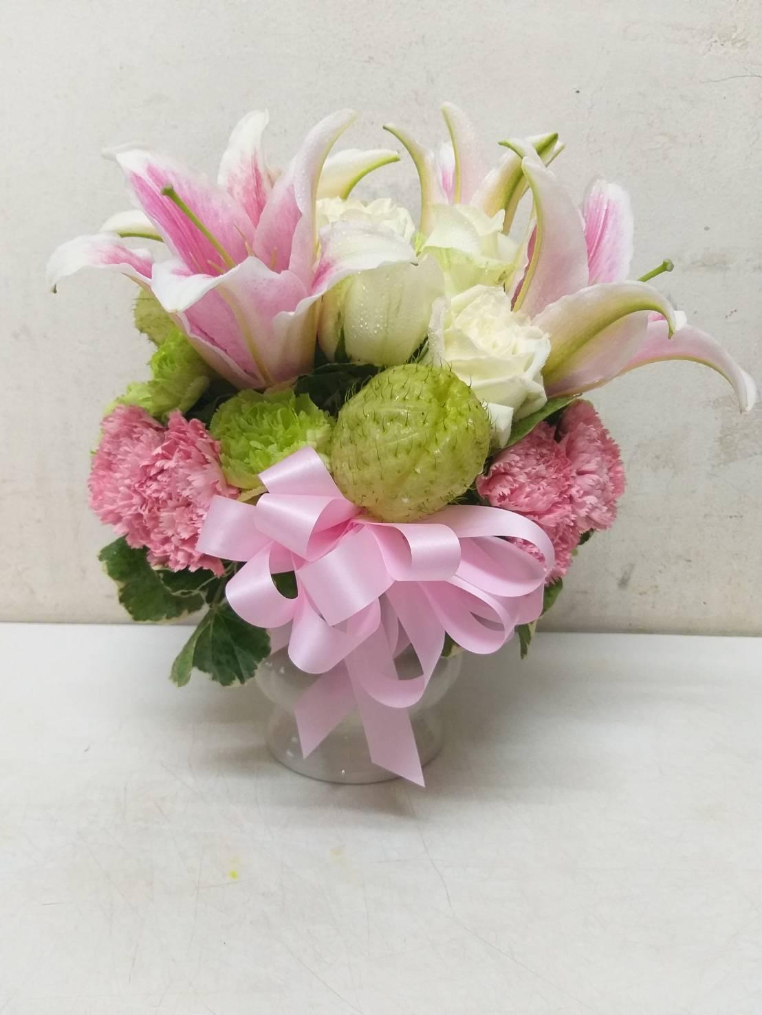 แจกันดอกไม้สวยๆ โทนสีหวานๆ โดดเด่นด้วยดอกลิลลี่ดอกใหญ่ แซมด้วยดอกไม้นานาชนิด