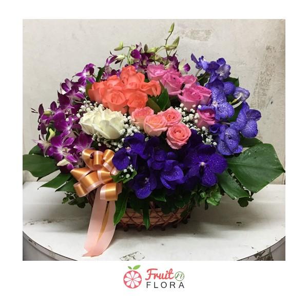 กระเช้าดอกไม้สวย ๆ ตกแต่งด้วยดอกกุหลาบคละสี และดอกกล้วยไม้ มองแล้วสบายตา