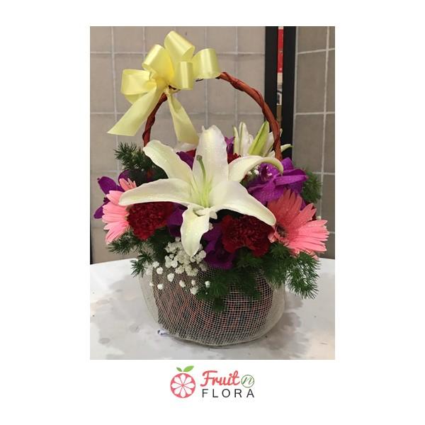 กระเช้าดอกไม้สุดชิคขนาดกะทัดรัด ตกแต่งด้วยดอกไม้หลากชนิดในกระเช้าใบเดียว