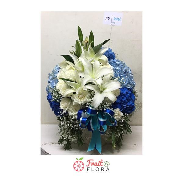 แจกันดอกไม้โทนสีขาว-ฟ้า ให้ความรู้สึกสดชื่นสบายตาทุกครั้งที่ได้มอง