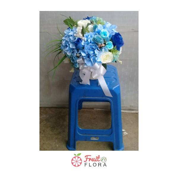 แจกันดอกไม้โทนสีขาว-ฟ้า ให้ความรู้สึกสบายตาและสบายใจทุกครั้งที่ได้มอง