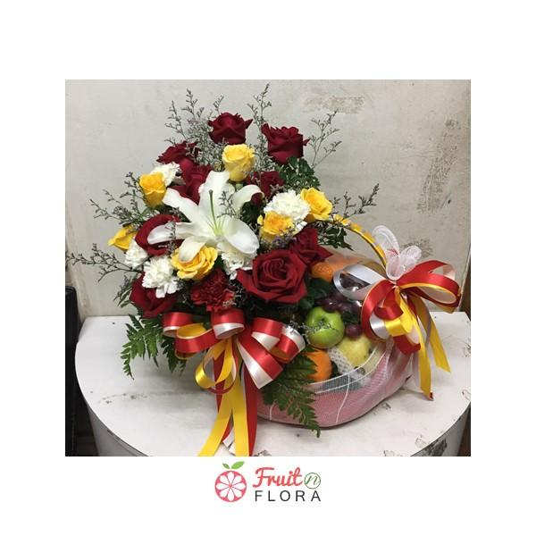 กระเช้าผลไม้ ตกแต่งด้วยดอกไม้หลากสีสัน คัดสรรเฉพาะผลไม้สดมีคุณภาพ ทั้งอร่อย ทั้งมีประโยชน์ต่อสุขภาพ