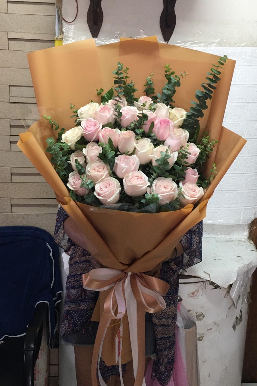 ช่อดอกไม้ ประกอบด้วยกุหลาบ 30 ดอก จัดเป็นช่อดอกกุหลาบสีชมพูจัดเรียงเป็นชั้นๆ ดูอ่อนหวาน
