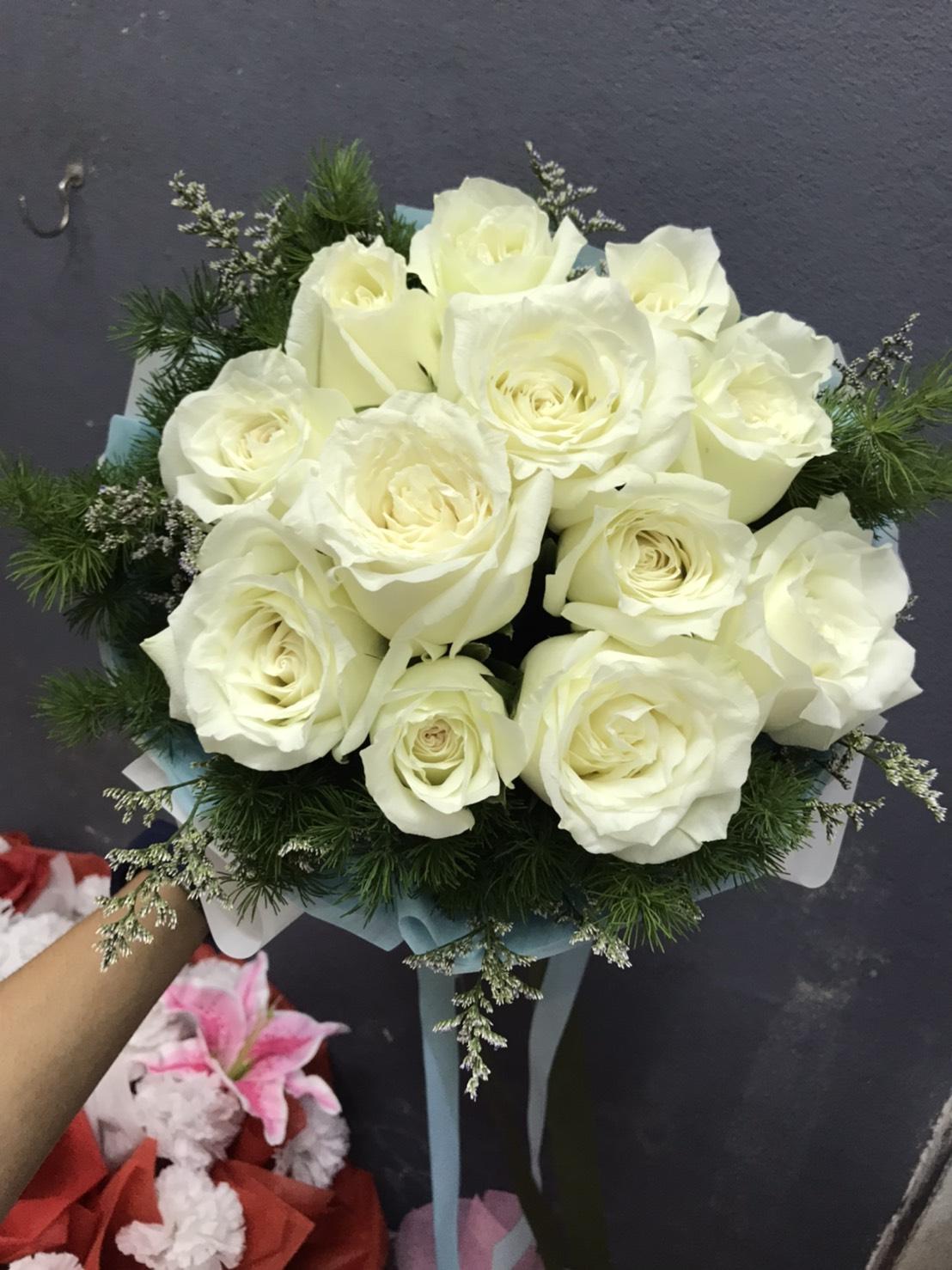 ช่อดอกไม้สีขาวนวลยอดนิยม ประกอบด้วยกุหลาบสีขาวล้วน 12 ดอก