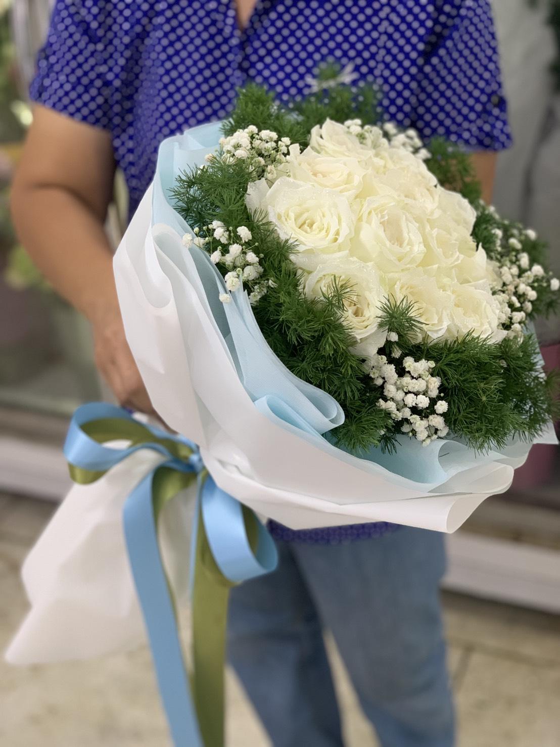 ช่อดอกไม้สีขาวนวล ประกอบด้วยกุหลาบ 12 ดอก