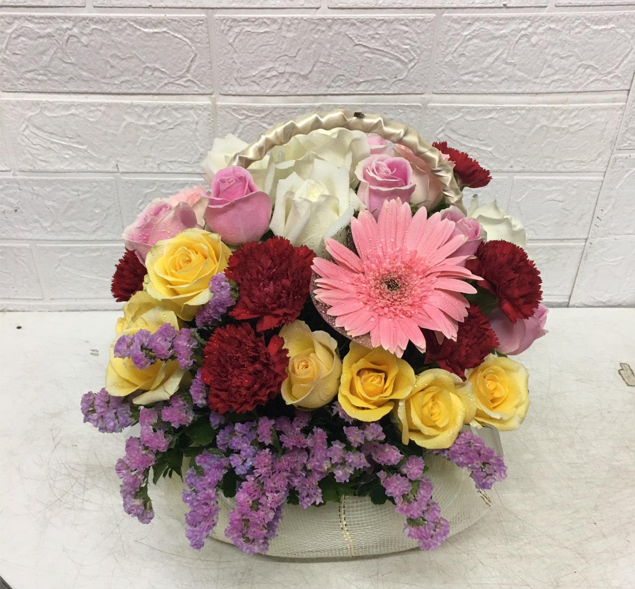 กระเช้าดอกไม้โทนสีชมพู-เหลือง-ม่วง สีสันสดใส ประกอบไปด้วยดอกกุหลาบ คาร์เนชั่น  เยอบีร่า และ สแตติส
