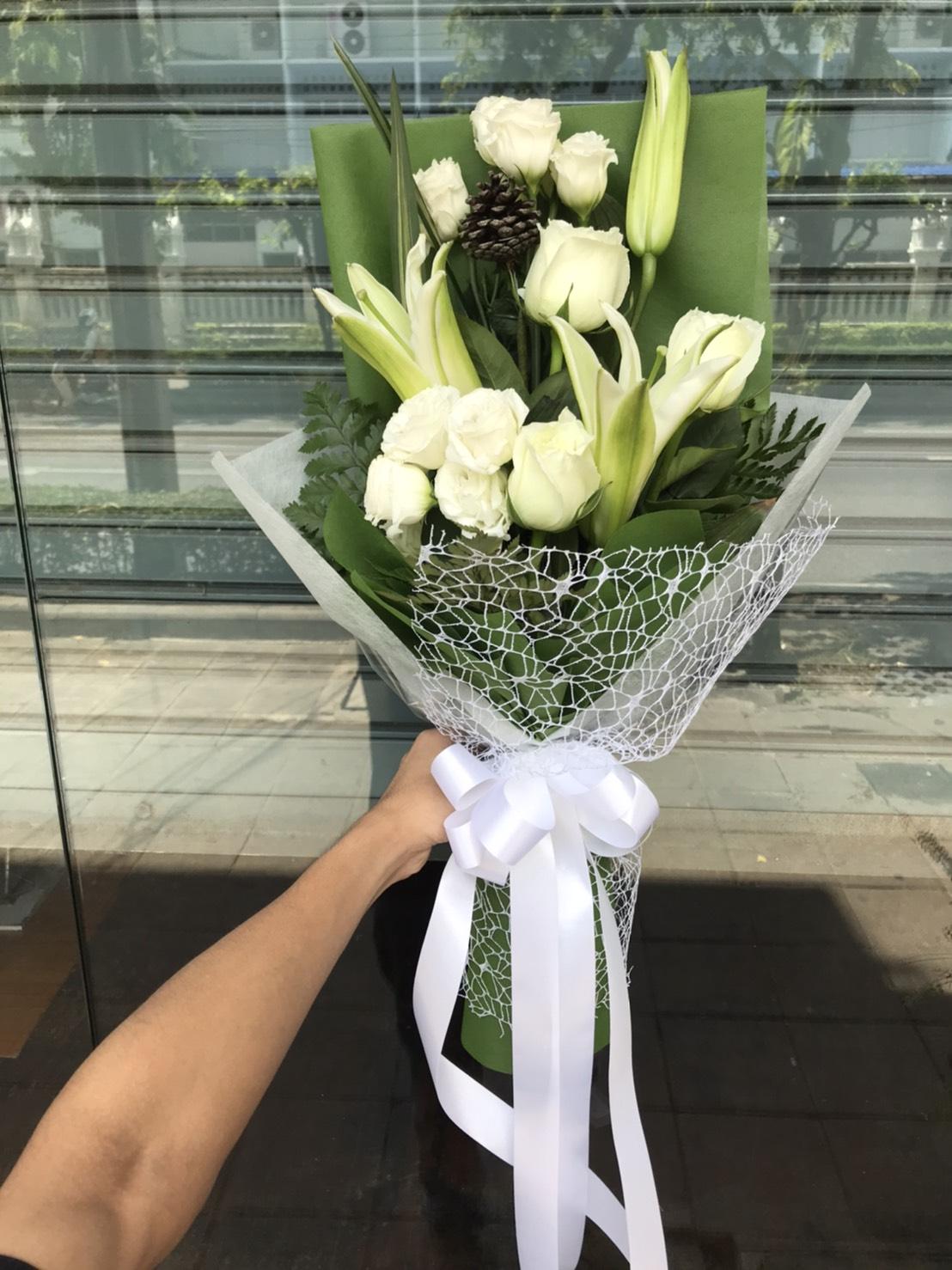 กระเช้าดอกไม้โทนสีขาว ประกอบด้วยดอกไม้สด ลิลลี่ / คาร์เนชั่น / เยอบีร่า / คัตเตอร์