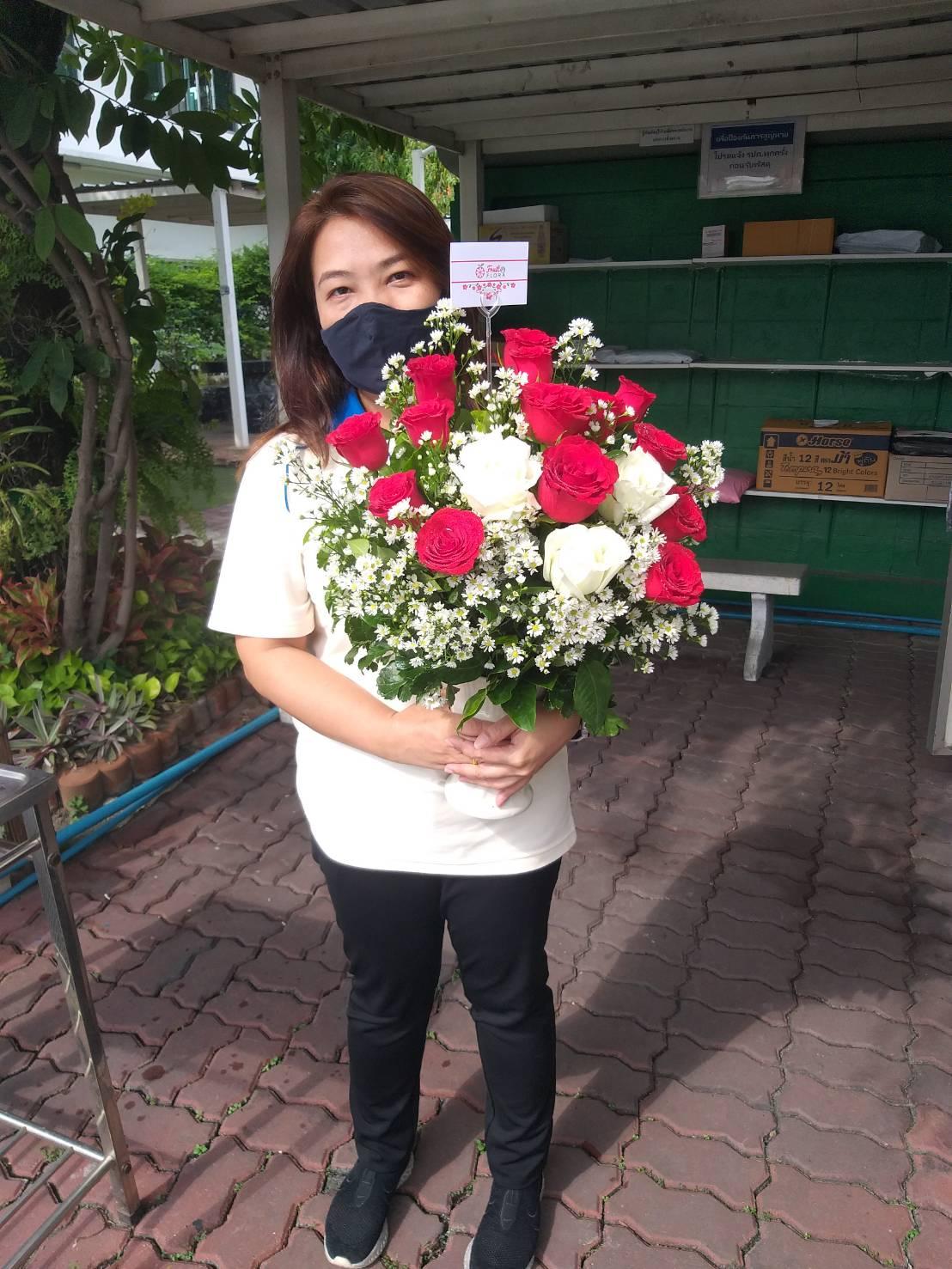 ช่อกุหลาบสีแดงสด ต้องยกให้ช่อดอกไม้ช่อนี้ค่ะ มอบให้ผู้รับ มั่นใจว่าปลื้มปริ่มไปทั้งวัน