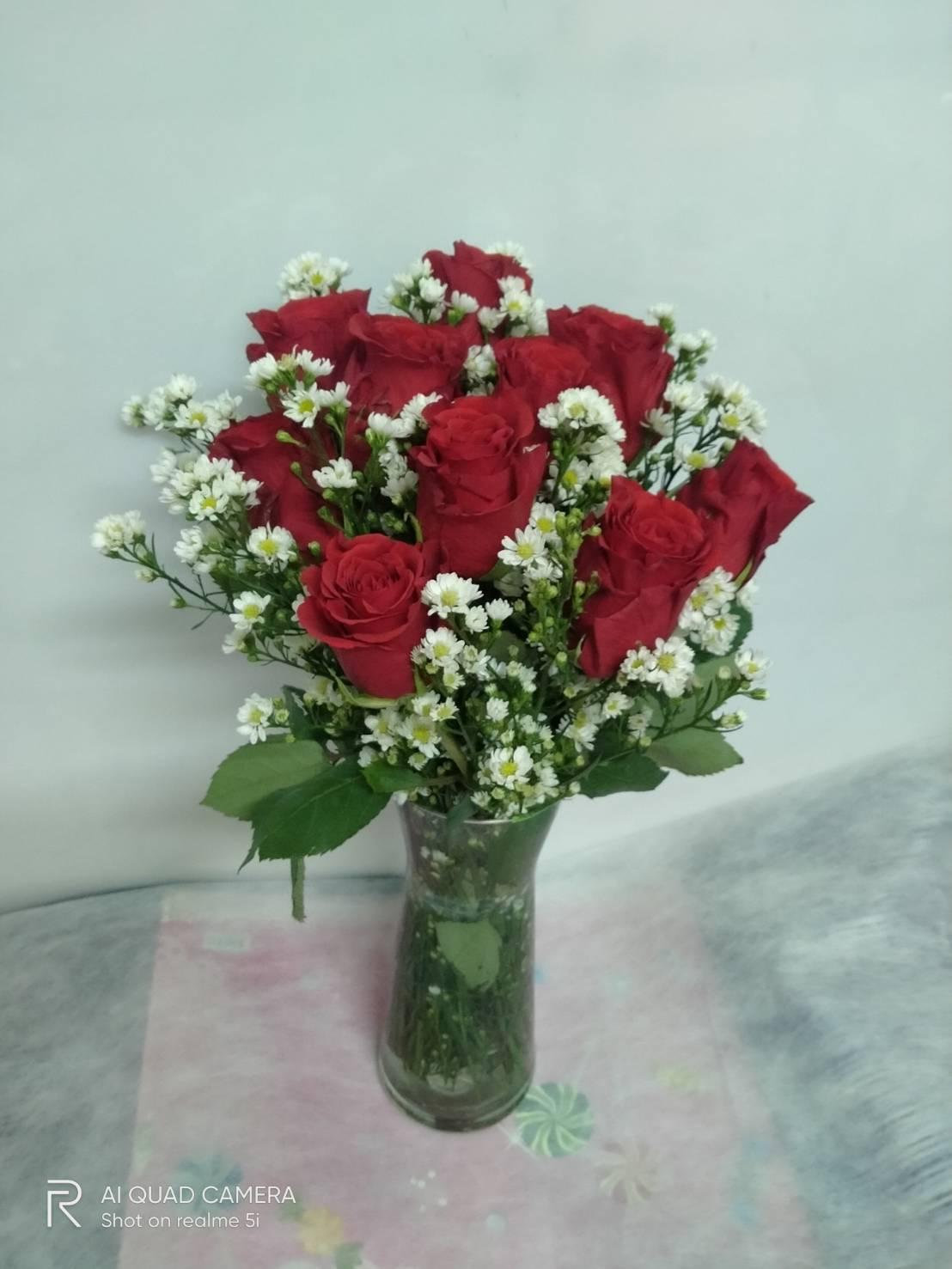 แจกันดอกกุหลาบสีแดง แซมด้วยดอกคัตเตอร์ ดีไซน์เรียบเก๋ สวยมีเสน่ห์ไม่เหมือนใคร