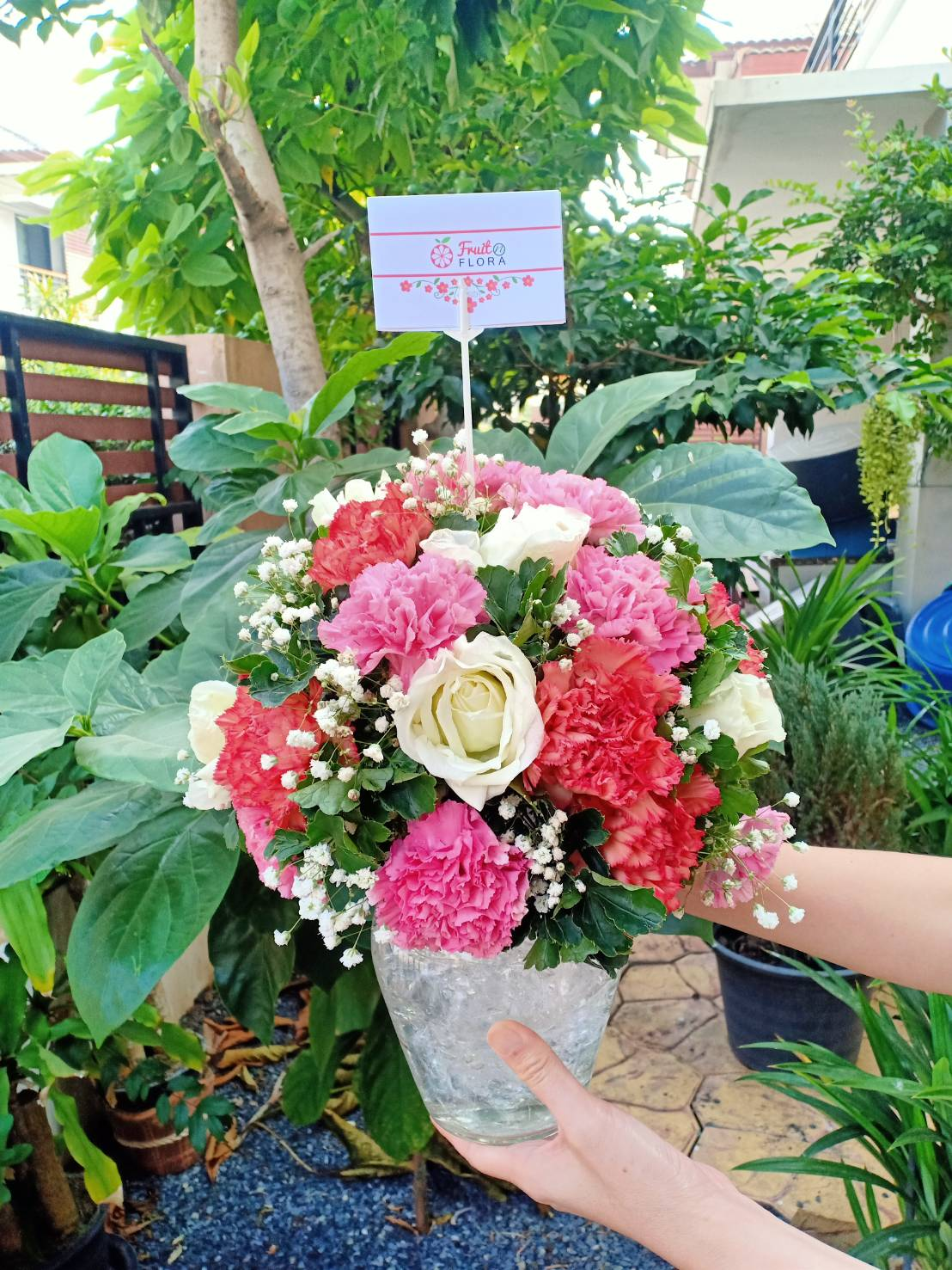 แจกันดอกไม้โทนสีแดง-ชมพู ประกอบไปด้วยกุหลาบ คาร์เนชั่น และยิปโซ รวมตัวกันในแจกันดอกไม้ทรงสวย น่ารัก น่าจัดส่งให้คนสำคัญของคุณค่ะ
