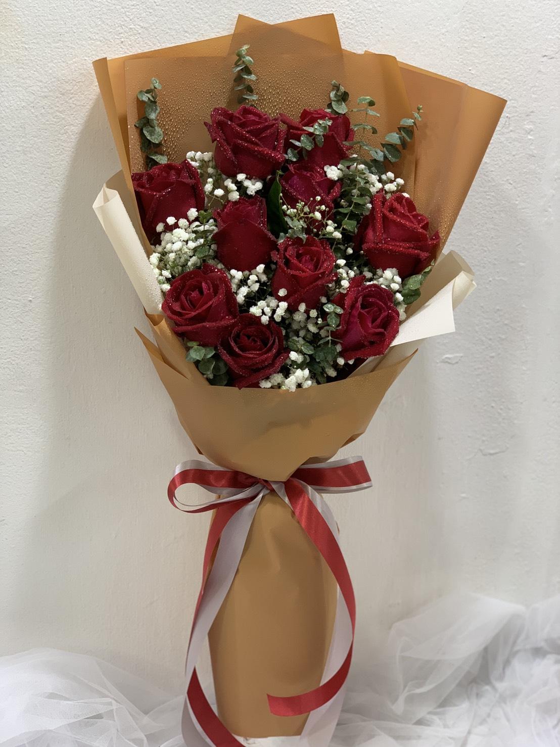 ช่อดอกกุหลาบสีแดงแสนโรแมนติก ห่อด้วยกระดาษสีน้ำตาลเรียบหรู