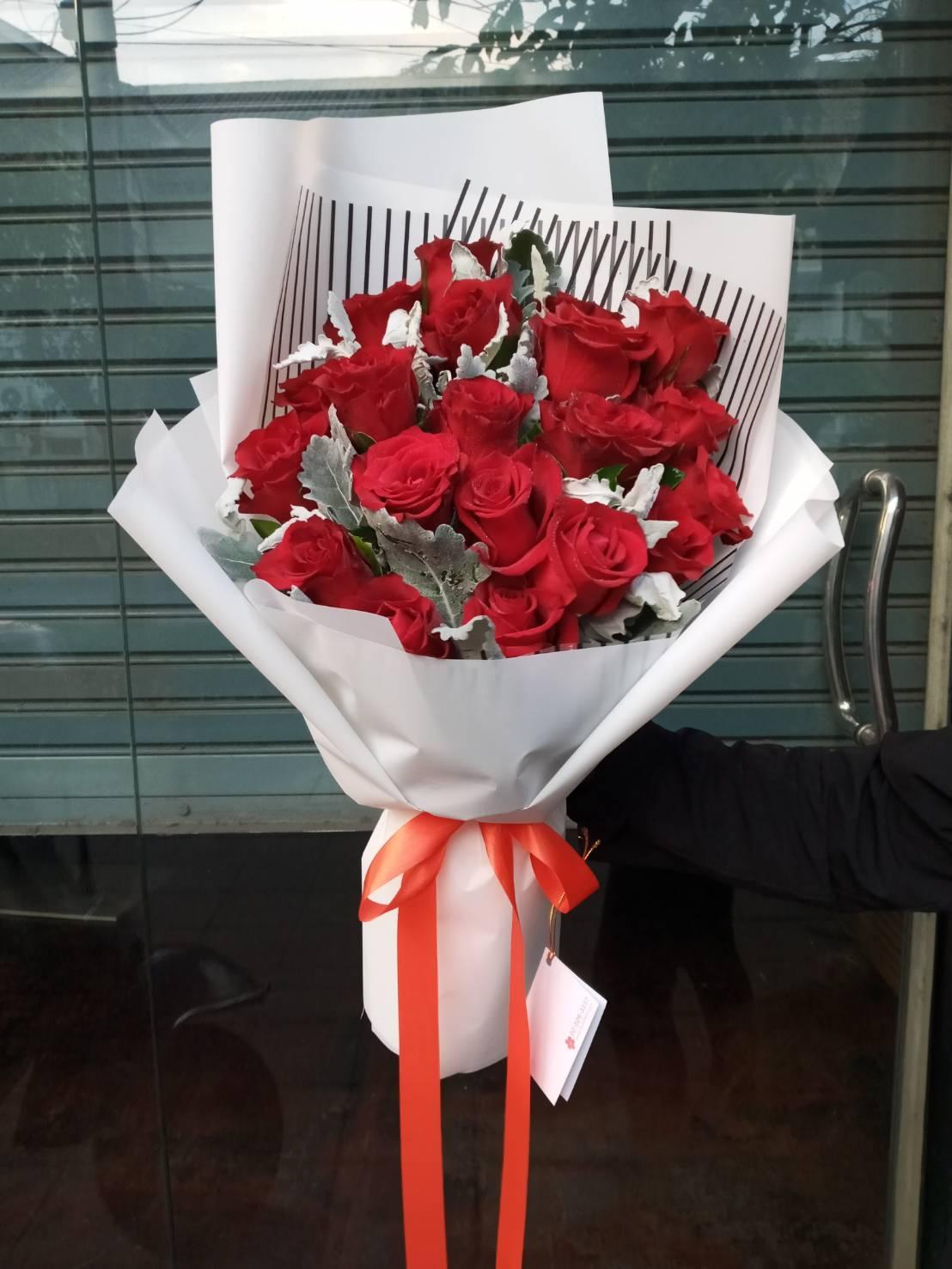 ช่อดอกกุหลาบสีแดงแรงฤทธิ์ ตัดกับกระดาษสีขาว เรียบหรู เลอค่า