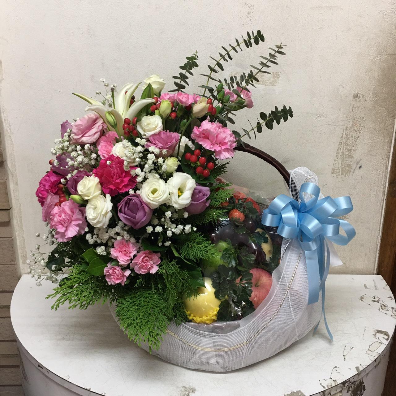 กระเช้าผลไม้วิตามินซีสูง สีสันสดใส ตกแต่งด้วยดอกไม้หลากชนิด