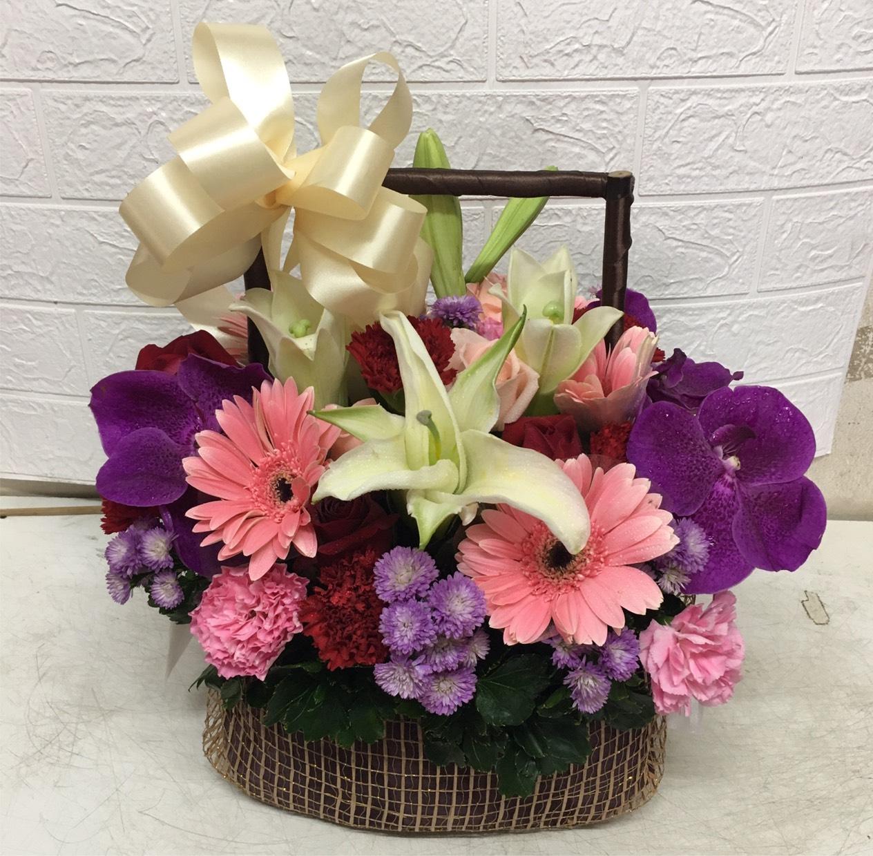 กระเช้าดอกไม้โทนสีหวาน มอบแทนความรู้สึกดี ๆ ให้กับคนที่คุณรักและนึกถึงสิคะ