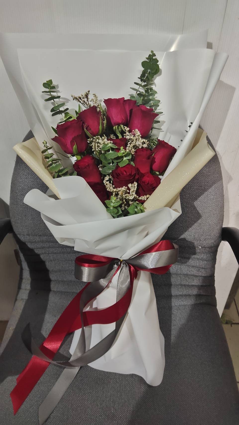 ช่อดอกกุหลาบขาวออกแบบเรียบหรู สะอาดตา สื่อถึงความรักที่จริงใจและบริสุทธิ์