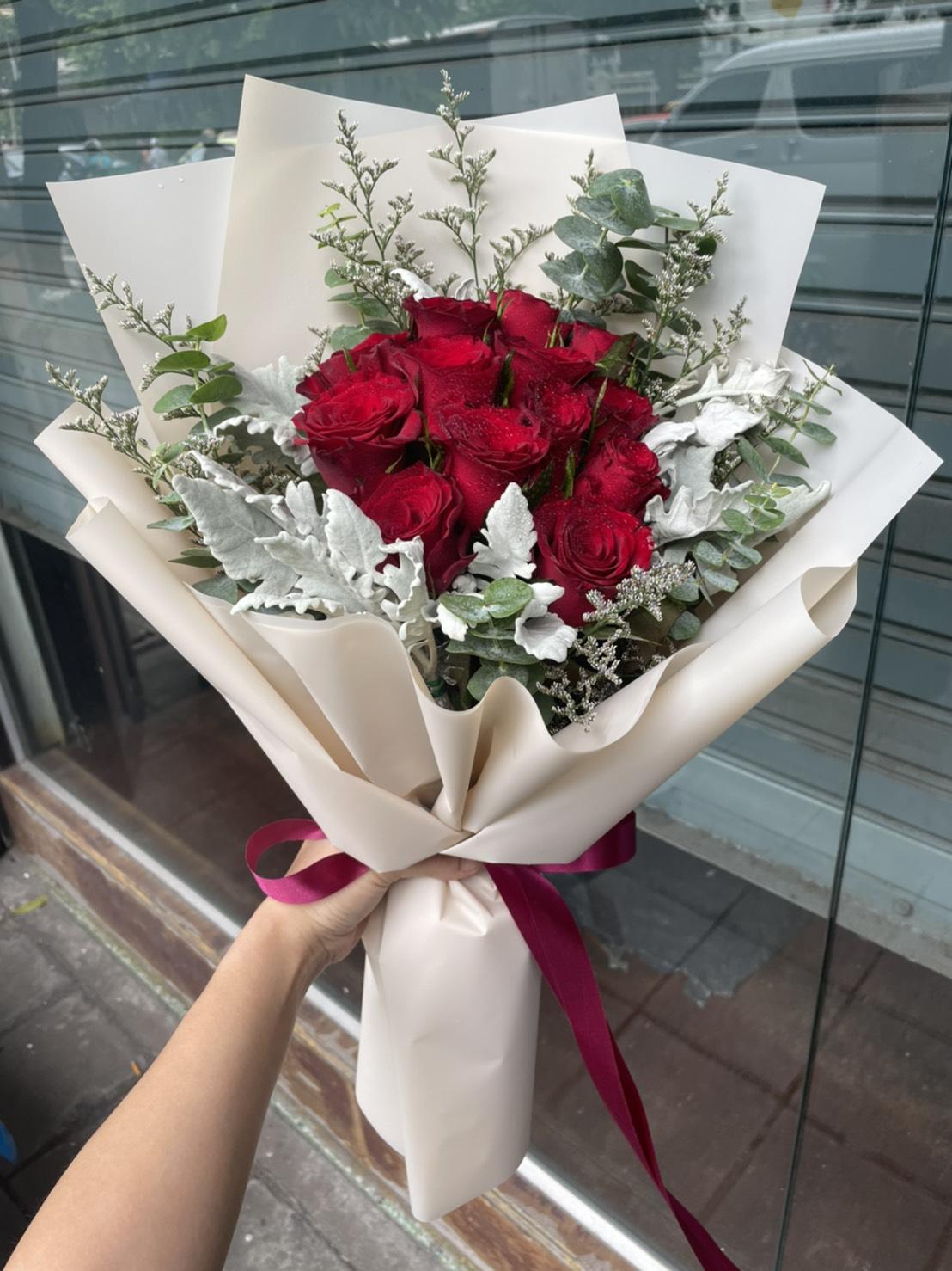 ช่อกุหลาบสีแดงสด สวยงามมาแต่ไกลต้องยกให้ช่อดอกไม้ช่อนี้ค่ะ มอบให้ผู้รับ มั่นใจว่าปลื้มปริ่มไปทั้งวัน