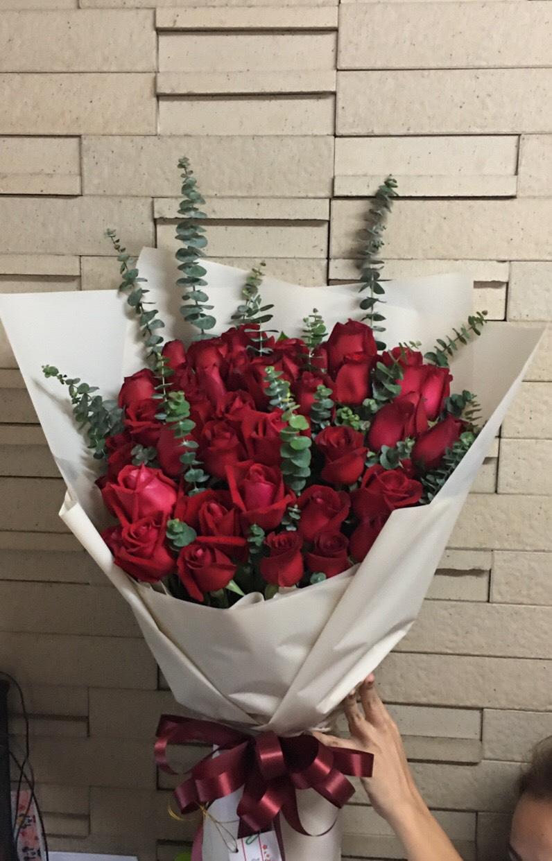 ช่อดอกกุหลาบแดงแสนสวยกว่า 30 ดอก จัดเป็นช่อใหญ่ หรูหรา เลอค่า
