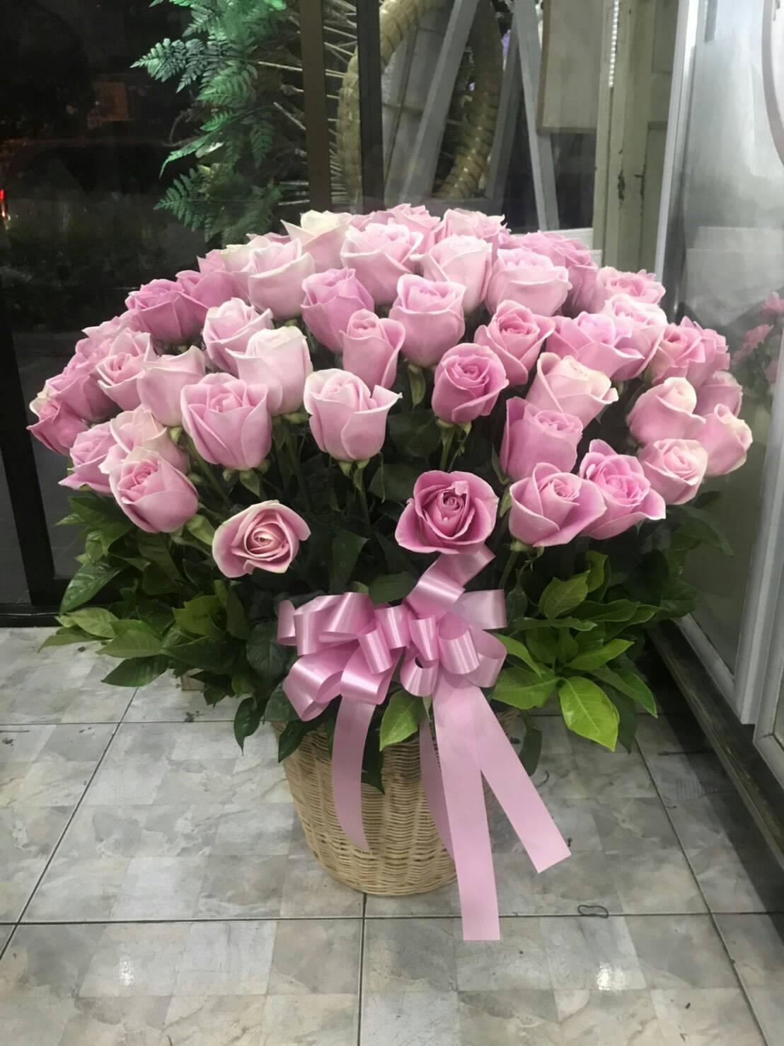 กระเช้าดอกกุหลาบแสนสวย สื่อถึงความรักอันอ่อนหวานและอ่อนโยน