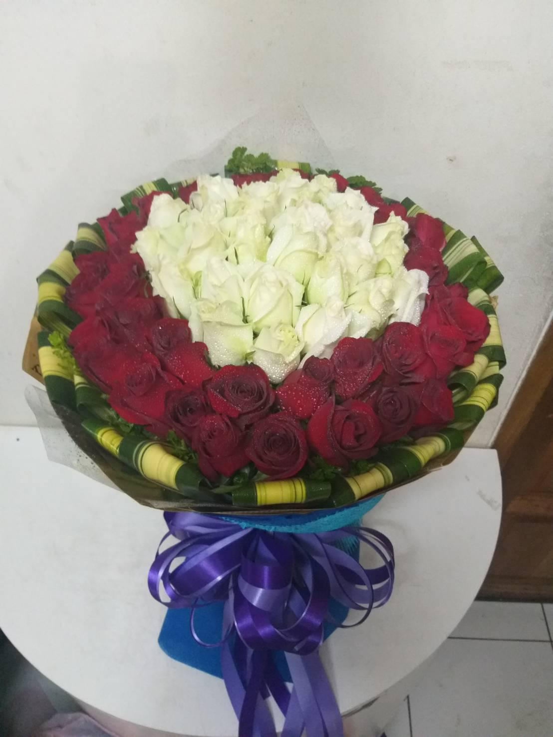 ช่อดอกกุหลาบสีแดงและสีขาวสื่อถึงความรักที่โรแมนติกและบริสุทธิ์ในช่อเดียวกัน