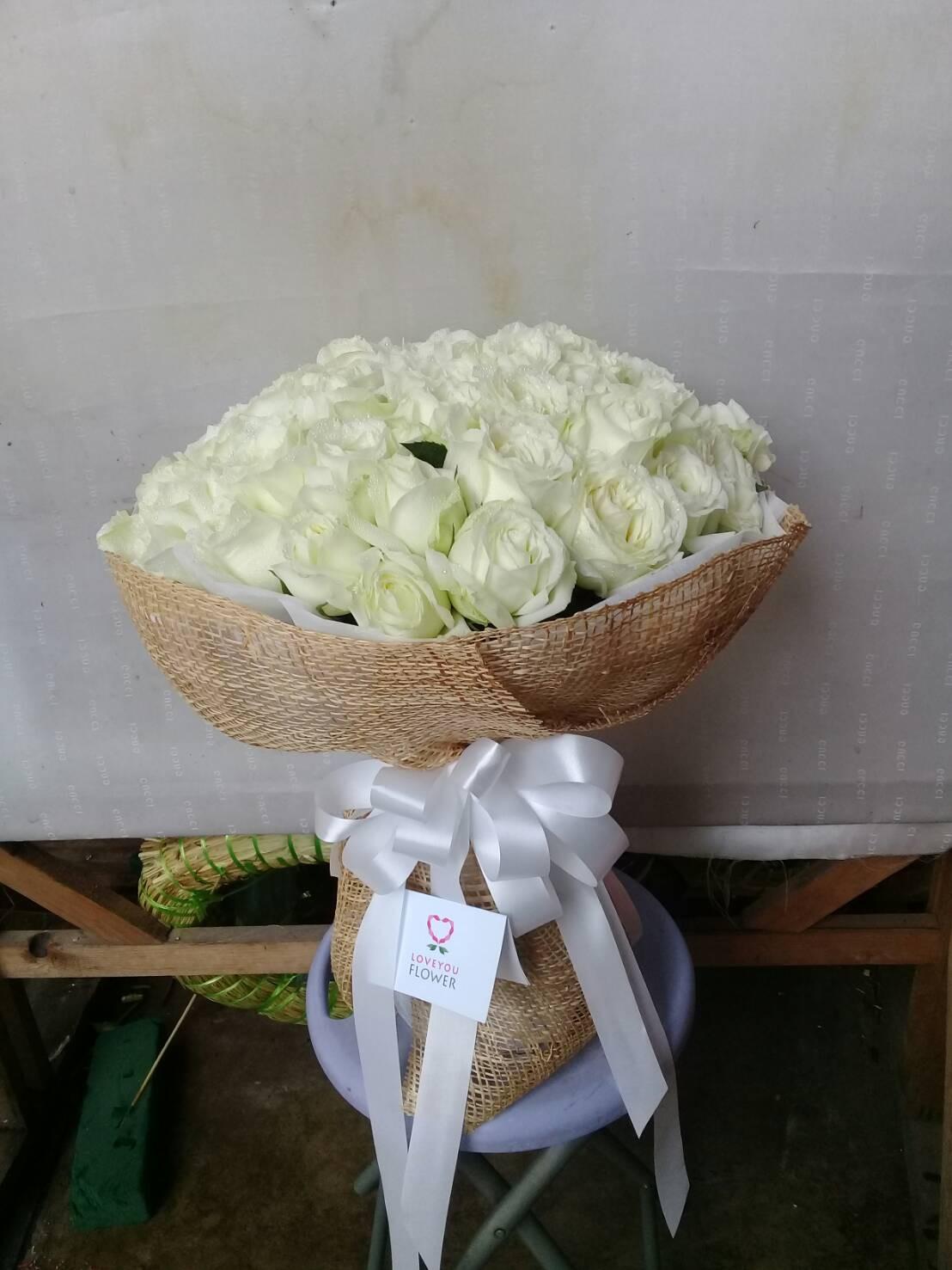 ช่อดอกกุหลาบขาวล้วน จัดรวมเป็นช่ออย่างเรียบง่าย แต่ทันสมัยและคงความคลาสสิก