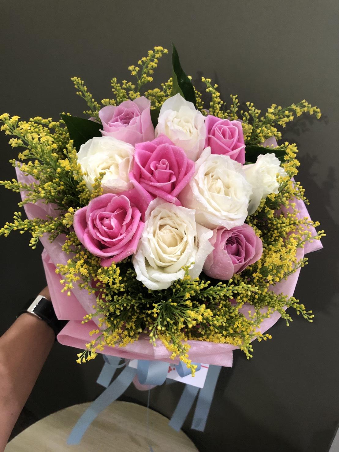 ช่อดอกกุหลาบสีขาวและชมพู แซมด้วยดอกสุ่ย มอบให้แก่คนที่คุณรักได้ทุกโอกาสเลยค่ะ