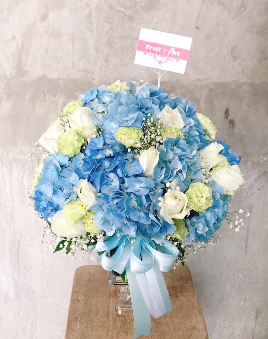 แจกันดอกไม้สีหวานๆ ละมุนๆ จัดแต่งด้วยดอกกุหลาบและดอกไฮเดรนเยีย