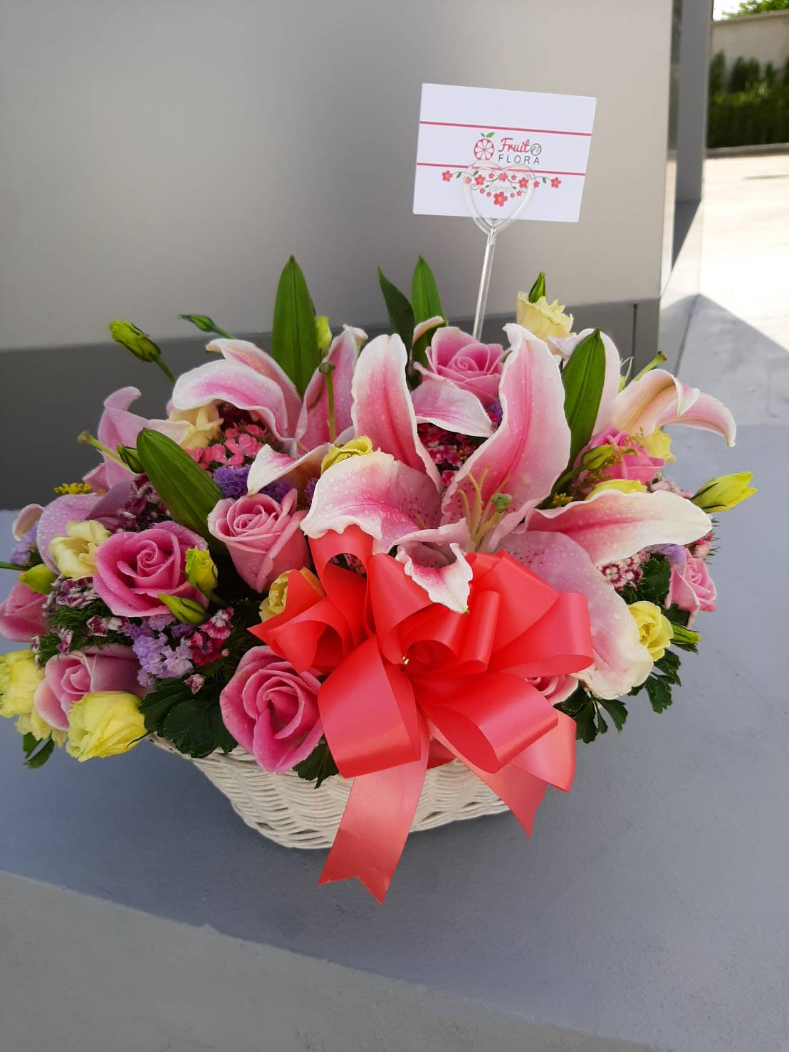 กระเช้าดอกไม้สุดหรู ดูดีอย่างมีสไตล์เป็นของตัวเอง ตกแต่งด้วยดอกไม้หลากสีสันนานาชนิด