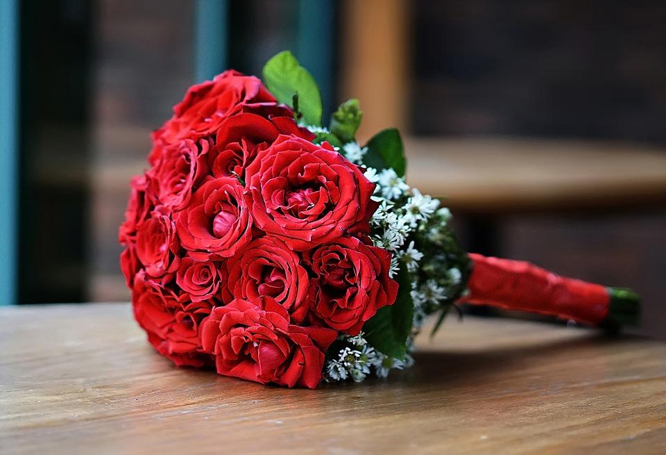 ประโยชน์ของดอกไม้ - ช่อดอกกุหลาบแดงในวันวาเลนไทน์
