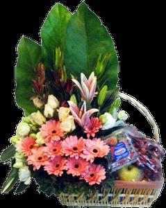 กระเช้าผลไม้ขนาดใหญ่ ประดับด้วยดอกไม้สีชมพูและใบไม้