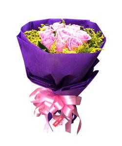 ดอกกุหลาบสีชมพูในช่อสีม่วง