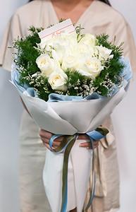 ช่อดอกไม้ประกอบด้วยดอกกุหลาบสีขาวและสุ่ย