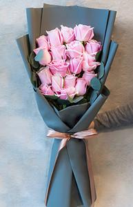 ช่อดอกไม้ประกอบด้วยดอกกุหลาบสีชมพู