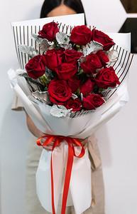 ดอกกุหลาบสีแดงขนาดใหญ่ในช่อใหญ่