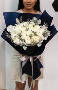 ดอกกุหลาบสีขาวขนาดใหญ่ในช่อขนาดใหญ่