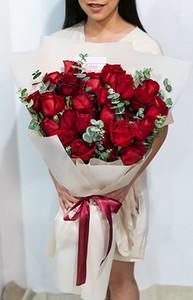 ดอกกุหลาบสีแดงขนาดใหญ่ ในช่อ