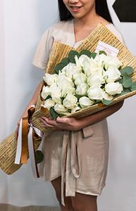 ช่อดอกไม้ใช้ดอกกุหลาบสีขาวในการจัด